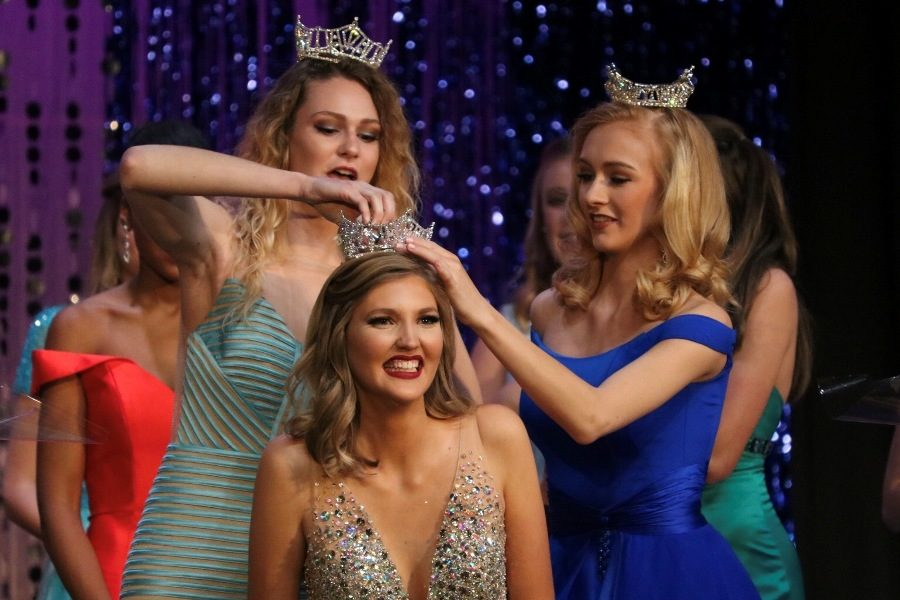 Miss+Starr%E2%80%99s+Mill+2017+Maddie+Hammond+and+Miss+Starr%E2%80%99s+Mill%E2%80%99s+Outstanding+Teen+2017+Cara+Clements+crown+Miss+Starr%E2%80%99s+Mill+2018+Alayna+Burdekin.+%E2%80%9CI%E2%80%99m+really+excited+to+represent+the+school+and+see+what+this+year+has+to+offer%2C%E2%80%9D+Burdekin+said.+