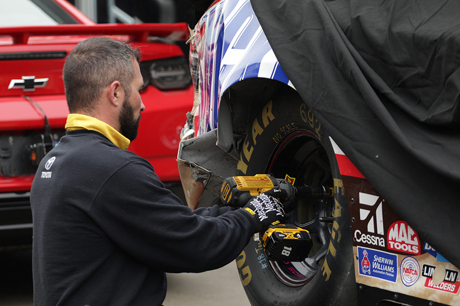 Pit+crew+member+changes+a+tire+on+the+No.+18+Snickers+Creamy+Toyota+driven+by+Kyle+Busch.+Busch+wrecked+on+lap+13+of+the+Monster+Energy+NASCAR+Cup+Series+final+practice.